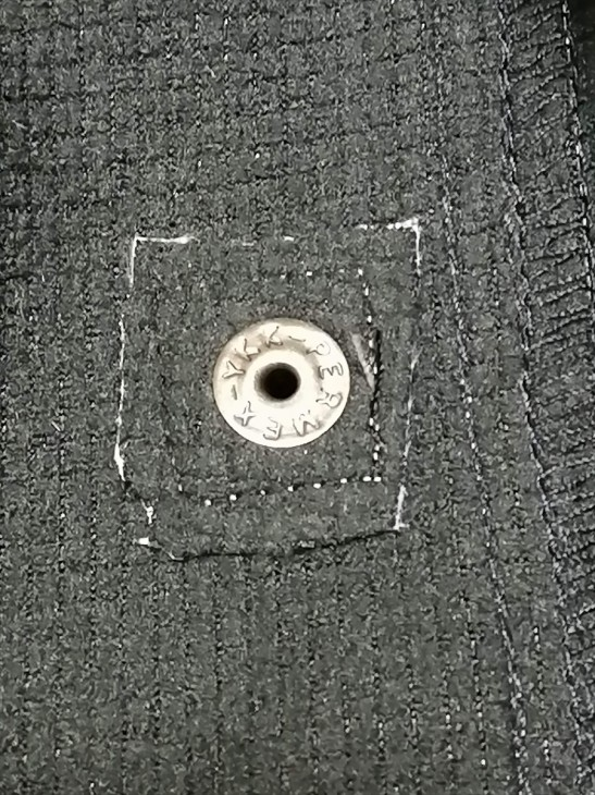 ポケットのボタンもYKK
