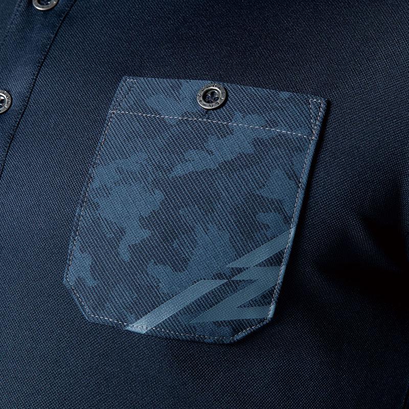 胸元をスタイリッシュに演出するロゴ入りポケット