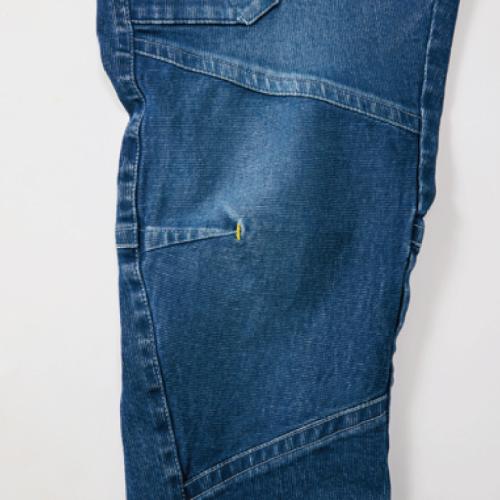 膝タック入り立体縫製生地の縦地の目を切替てストレッチ性強化